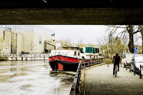Bajo un puente, barcazas y el museo de arte moderno