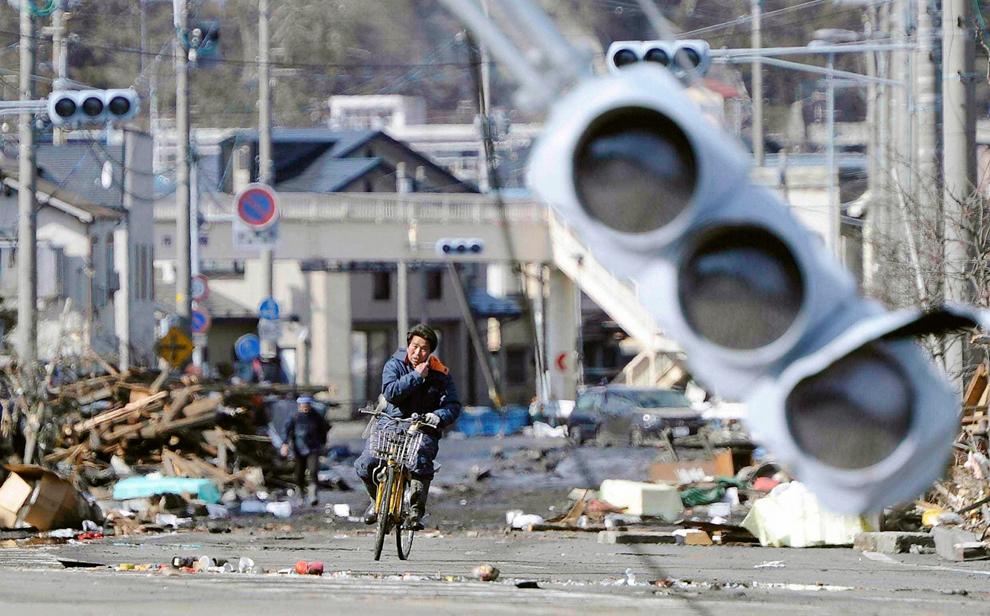 Japón,  12 de marzo de 2011. Transporte en bicicleta